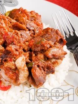 Пилешко месо задушено с чушки, маслини, домати и червено вино върху варен бял ориз - снимка на рецептата